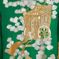 Зеленое кимоно учикакес повозками и цветами